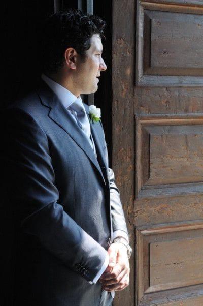 Lo sposo Marcello attende all'entrata della Chiesa.