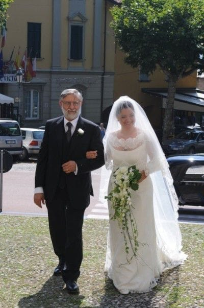 Il padre accompagna la figlia all'altare.
